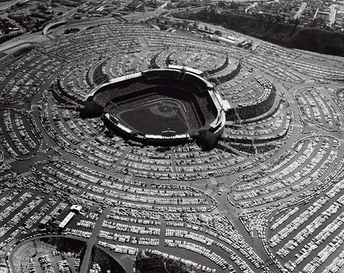 Enfoui sous le stade des Dodgers, un village oublié.